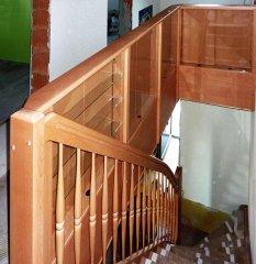 Treppe mit Schauvitrinen
